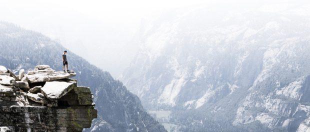 mężczyzna w górach